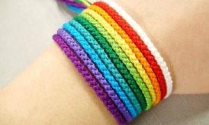Что означают нитки на запястье, значение цвета оберега на руке