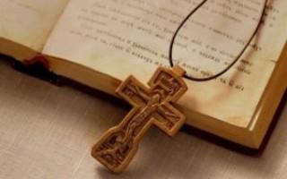 Как освятить крестик самостоятельно в домашних условиях или в церкви