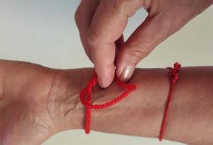 Красный браслет на левой руке значение